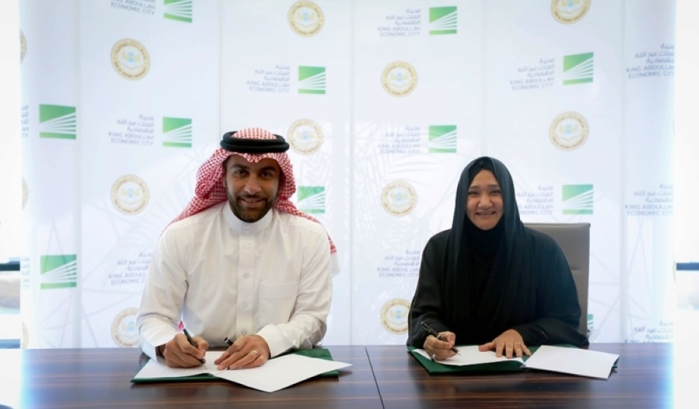 Fahd Al-Rasheed and Dr. Suhair AlQurashi sign Raiah contract