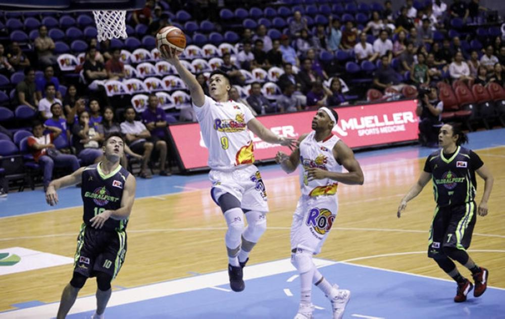 Rain or Shine's Jericho Cruz finds the lane open for an easy layup as teammate J.D. Weatherspoon and Globalport's Sean Anthony (L) and Terrence Romeo (R) look on in their PBA Governors' Cup game at the Smart-Araneta Coliseum Friday night.