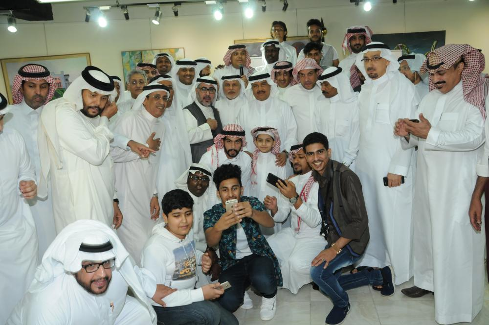 Mohammed Abdu posing with fans at the Saudi Cultural and Literary Club in Jeddah on Thursday.