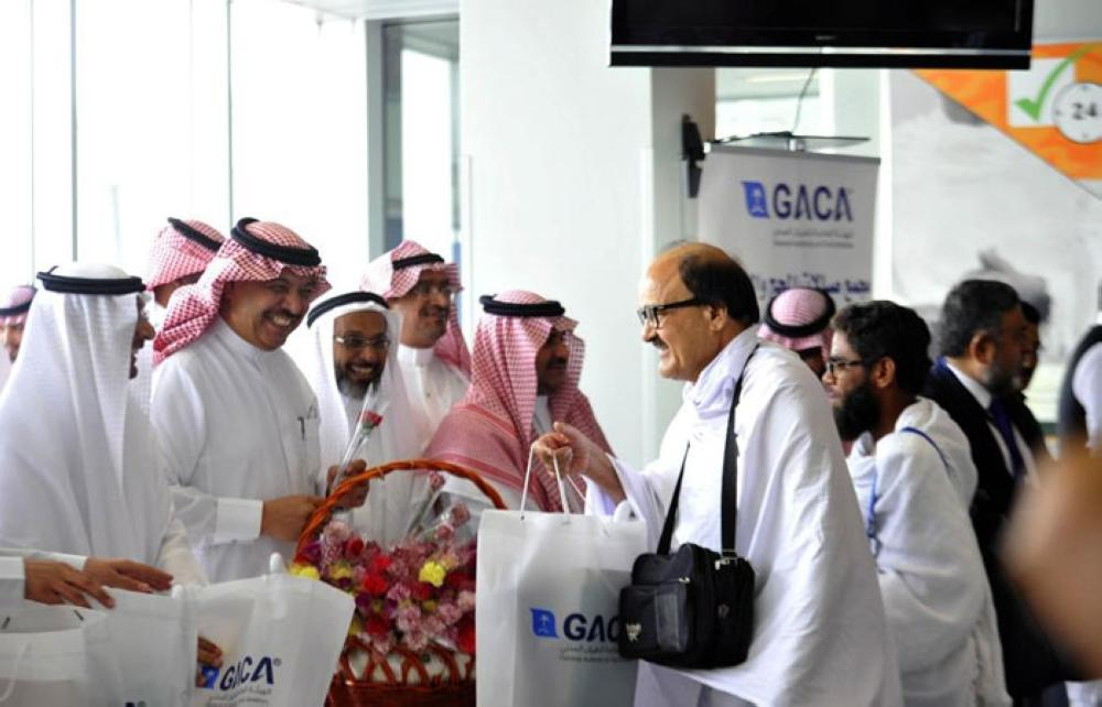 Abdul Hakeem Al-Tamimi, chief of the General Authority of Civil Aviation, and other officials receive the first batch of foreign pilgrims from Pakistan at King Abdulaziz International Airport, Jeddah on Monday.