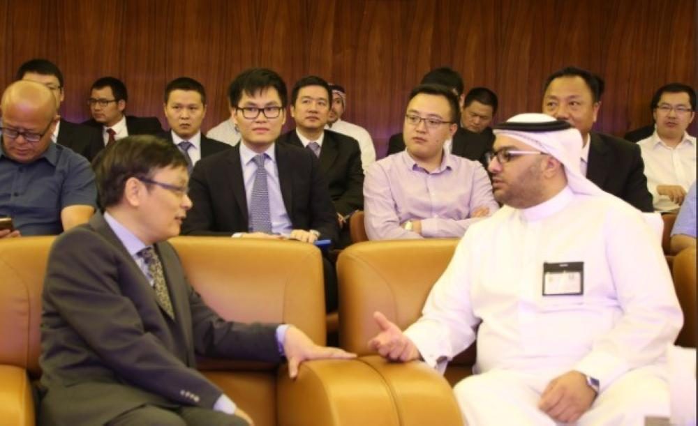 Ibrahim bin Saleh Al-Suweil, the governor's agent for investor services and consultations, listened to the Chinese delegation's inquiries