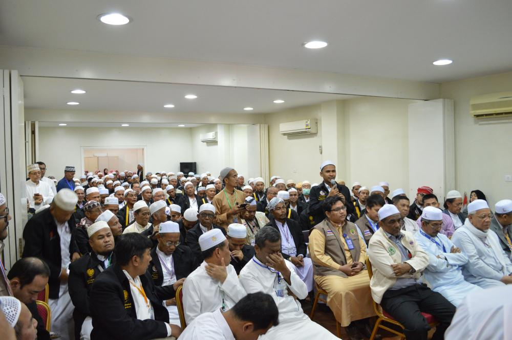 Representative of Thai pilgrims asks a question to the delegation.
