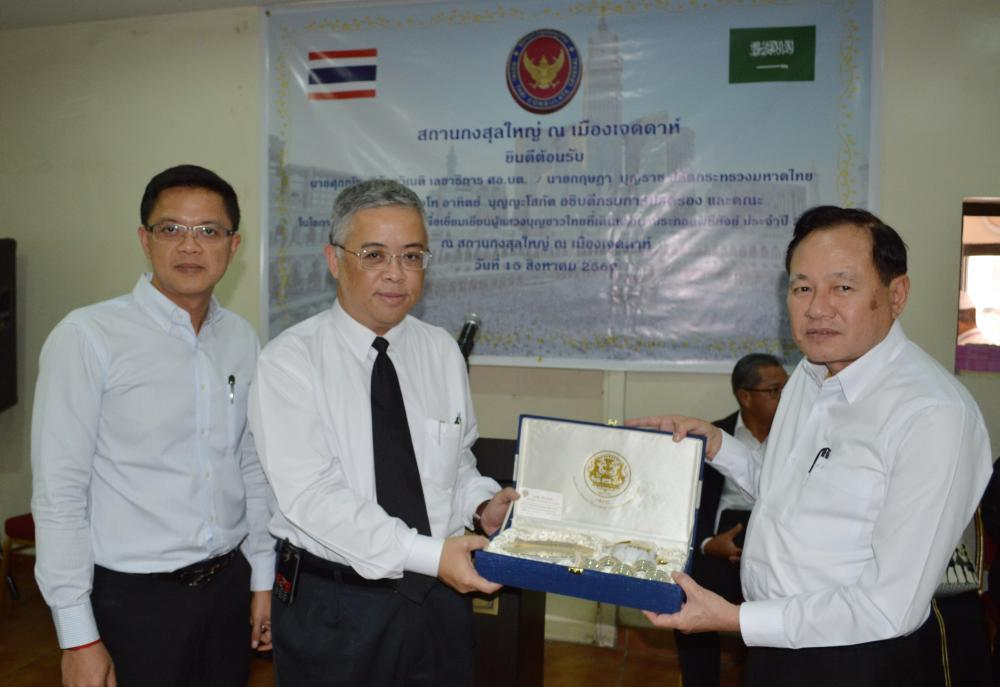 Secretary General of SBPAC Suphanat Siranthawineti presents a souvenir to Thai Consul General.