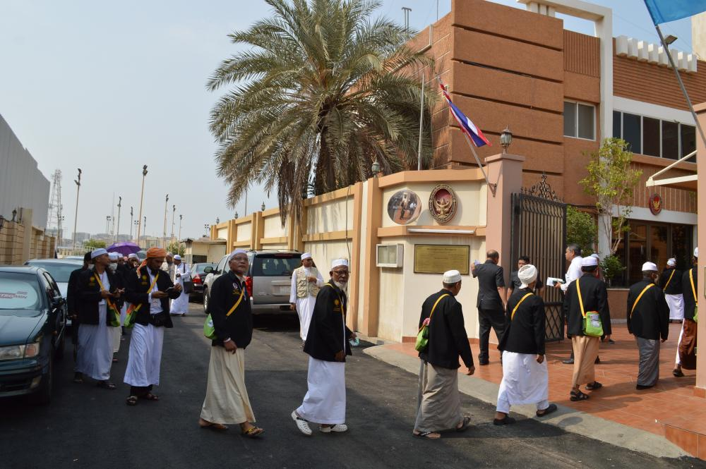 Thai pilgrims travelling from Makkah arrives at the Royal Thai Consulate General in Jeddah to meet with the Thai Interior Permanent Secretary.