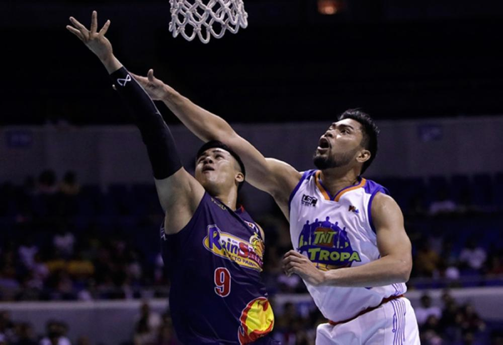 Rain or Shine's Jericho Cruz slips past TNT's Ranidel de Ocampo in the nightcap of the PBA Governors' Cup game at the Smart-Araneta Coliseum Sunday night.