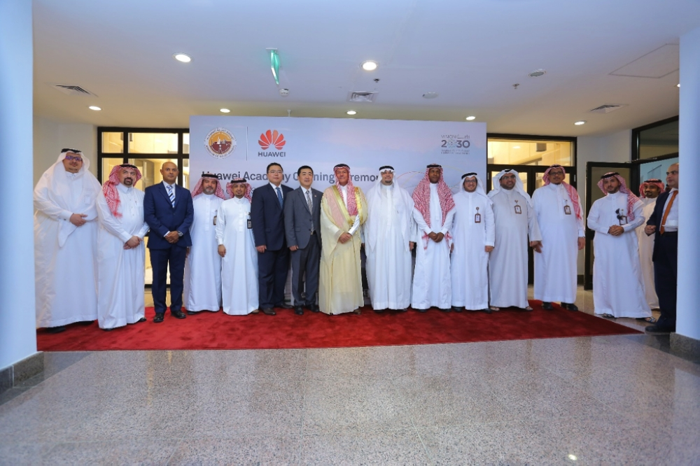 Executive Chairman of Royal Commission Yanbu and Jazan Economic City Dr. Alaa Naseef and the CEO of Huawei Tech Investments Saudi Arabia Ltd. Dennis Jang, pose for a group photo with executives  of both companies after the signing of agreement