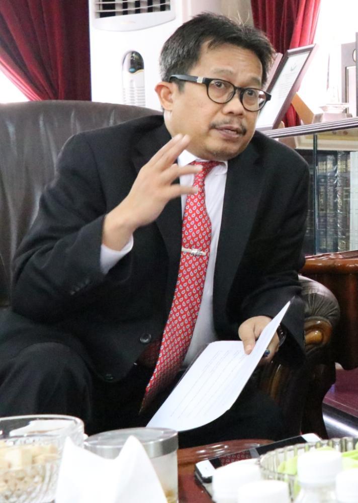 Consul General Mohamad Hery Saripudin speaking to Saudi Gazette