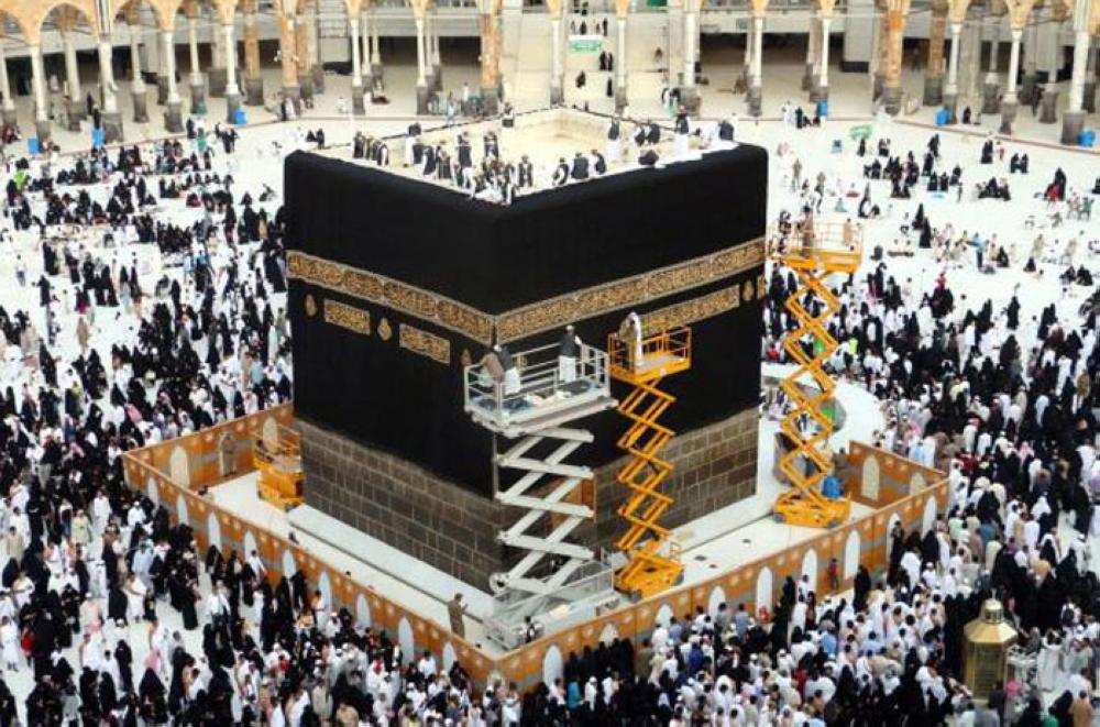 new kiswa adorns the holy kaaba saudi gazette