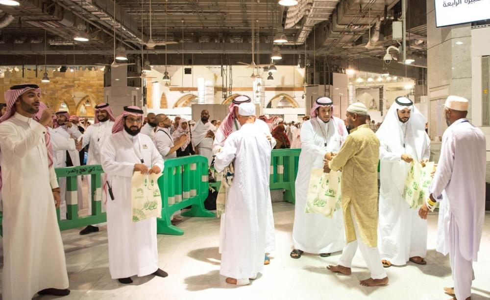 Officials of the Presidency for the Affairs of the Two Holy Mosques presenting gifts to the returning Haj pilgrims at the Jeddah Haj terminal on Thursday. — SPA