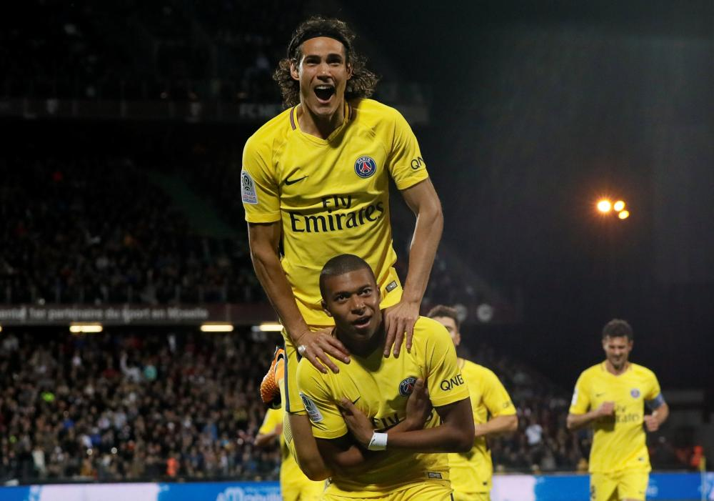 Cavani hails Mbappe for scoring on PSG debut