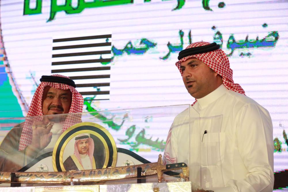 Haj and Umrah Minister Mohammed Saleh Benten presents a memento to senior official Bandar Sulaimani.