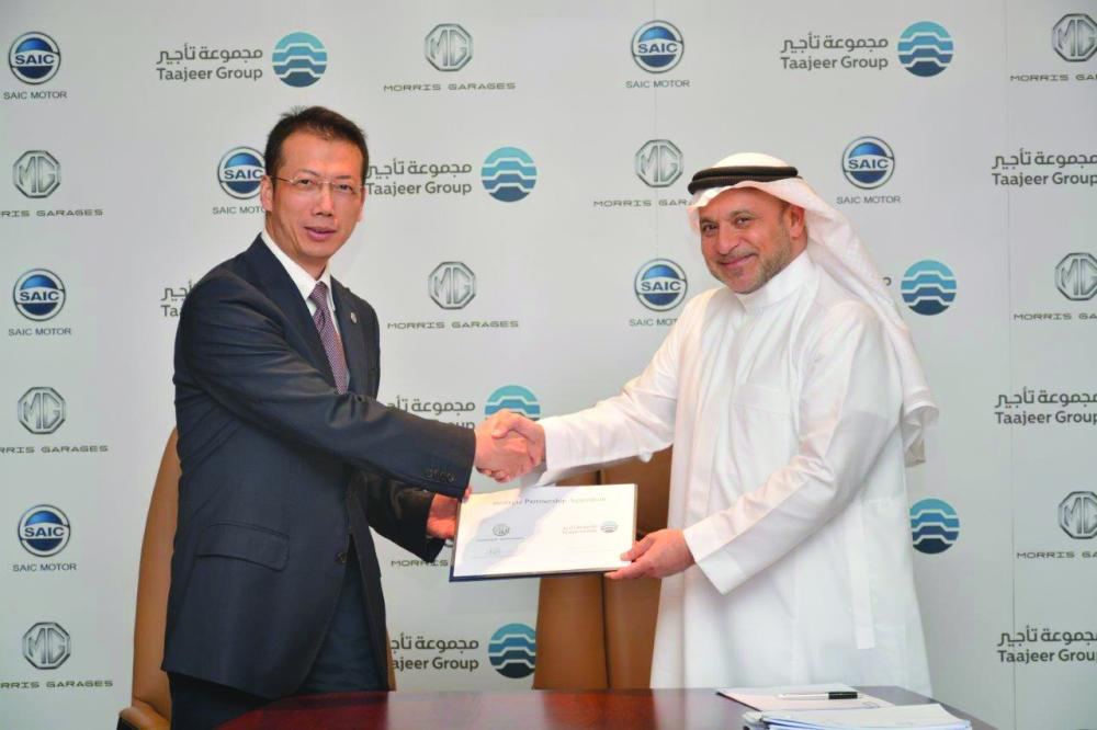 Dr. Saleh Malaika, chairman of Taajeer Group, and Mat Lei, vice president SAIC Motor International, shake hands after the signing of agreement