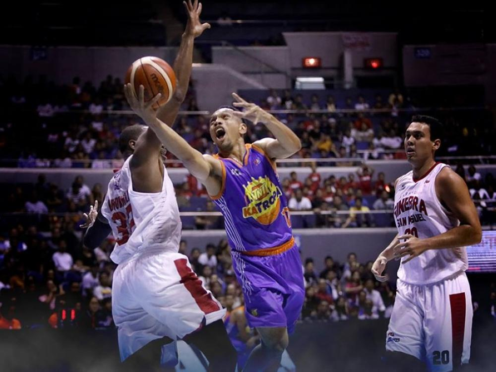 TNT's Jayson Castro attacks the defense of Ginebra's Justin Brownlee as Greg Slaughter (R) looks on in Saturday night's PBA Governors' Cup game at the Smart-Araneta Coliseum.