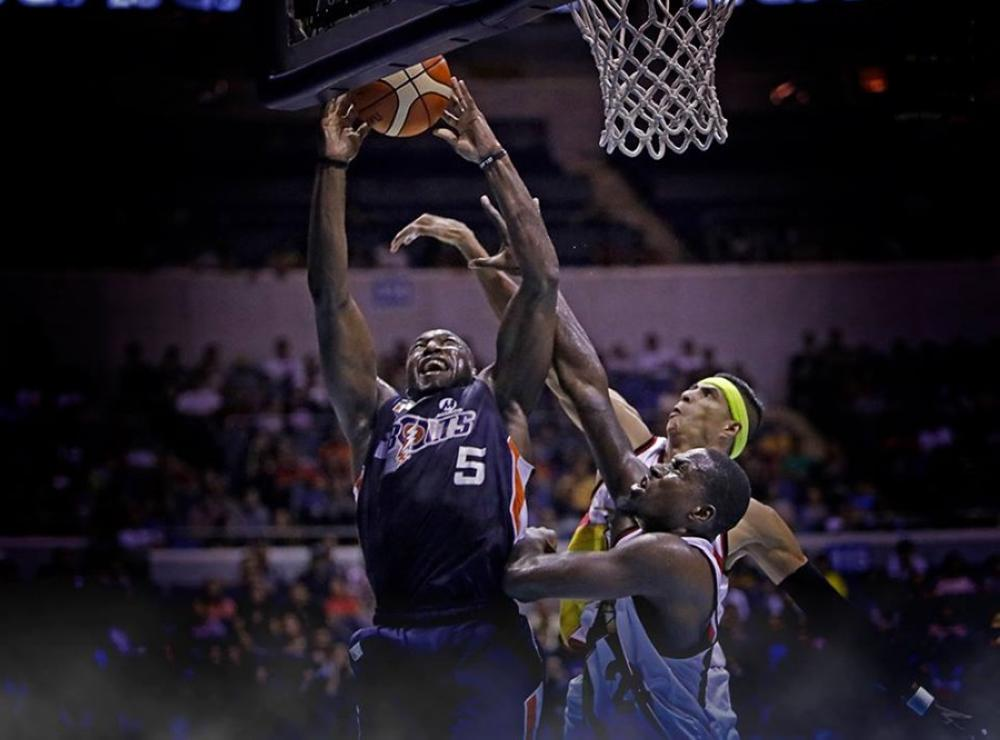 Meralco's Allen Durham powers his way to the basket against San Miguel Beer's Terrence Watson and Arwind Santos in Sunday night's PBA Governors' Cup thriller at the Smart-Araneta Coliseum.