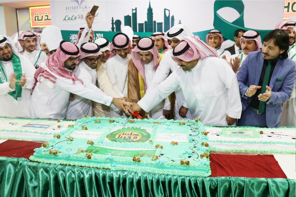 Cutting of the ceremonial cake marks the start of events at LuLu `Hypermarkets to celebrate the Saudi National Day