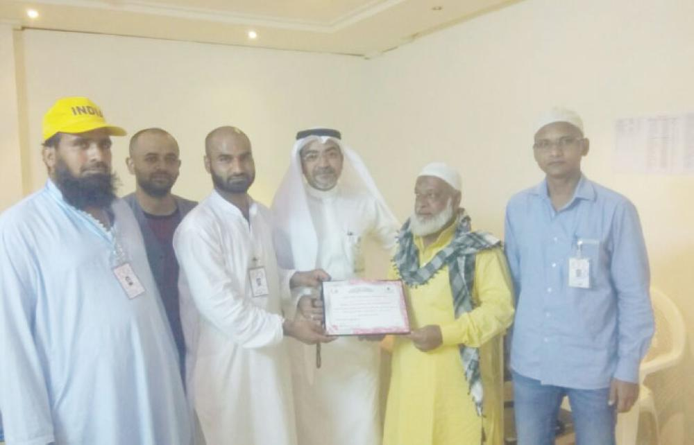 Wahib Ismail Ibrahim Badr, muallim of Maktab 32, presents certificate of appreciation to Abdul Mateen Mohammed Yusuf Nawrangge at a function held in Makkah. — Courtesy photo