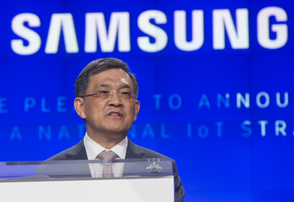Samsung forecasts bumper profits as CEO resigns