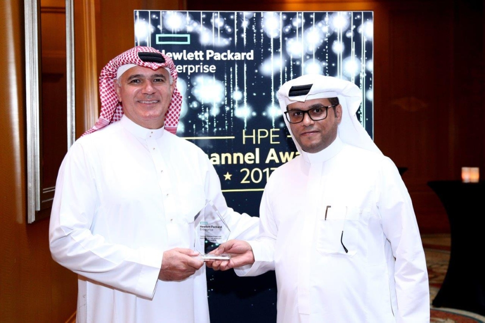 Ali Alireza receives the awards from Eissa Al Khamis, Managing Director of HPE Saudi Arabia