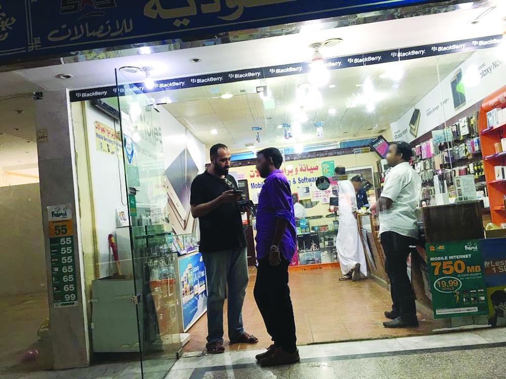 Despite concerted efforts by the authorities to enforce total Saudization in mobile phone sales and repair services, expatriates still control the sector often with the collusion of their Saudi sponsors. — Courtesy Al-Madina
