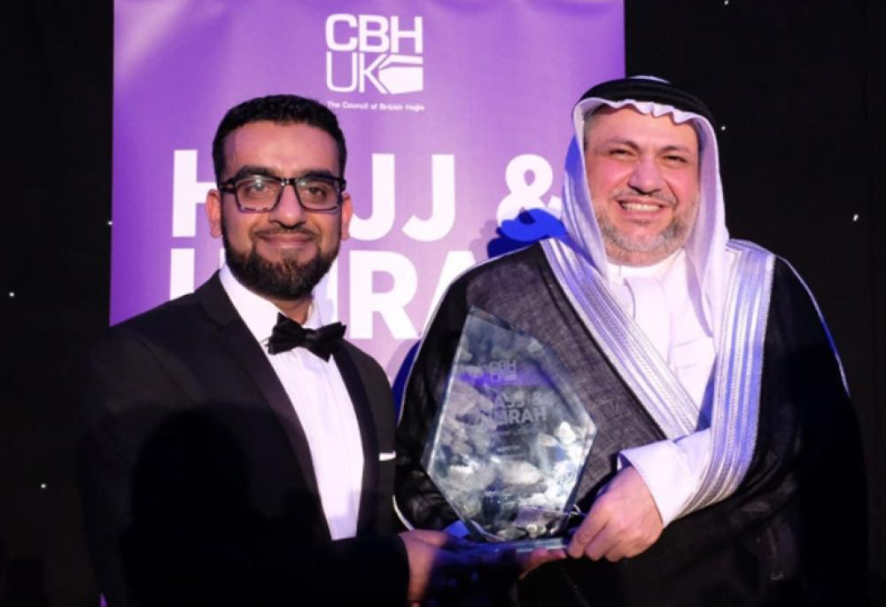 CEO of Council of British Hajis Rashid Mogradia presents the award to Saudia Vice President of Corporate Communications Abdulrahman Altayeb. — Courtesy photo