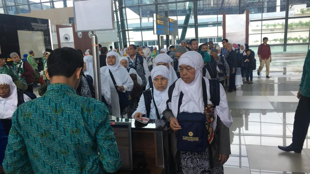 Indonesian Umrah pilgrims complete travel procedures at Jakarta International Airport. About 1 million Indonesians are expected to perform the minor pilgrimage this season. — SG photos