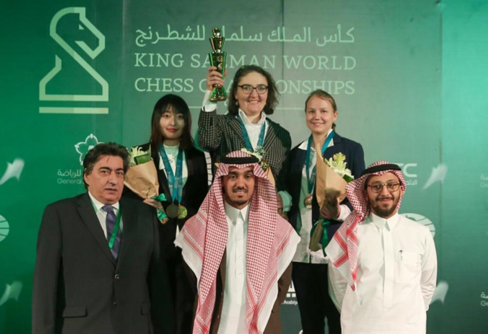 The King Salman World Blitz Champions (women): Nana Dzagnidze (center), Valentina Gunina (right) and Ju Wenjun with officials. — SPA