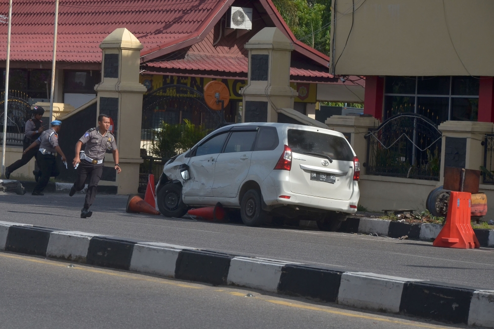 Sword-wielding men attack Sumatra police station