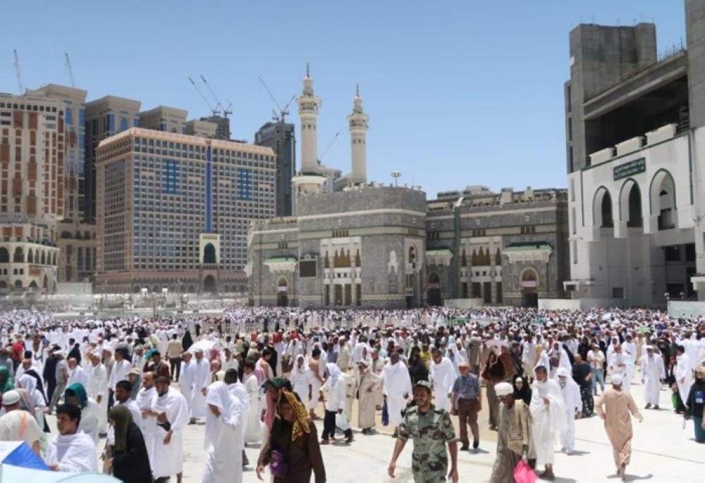 All the floors and courtyards and King Abdullah Expansion Project in the Grand Mosque were full of worshipers and the rows of worshipers spilled over to the streets of the Central Haram Area.