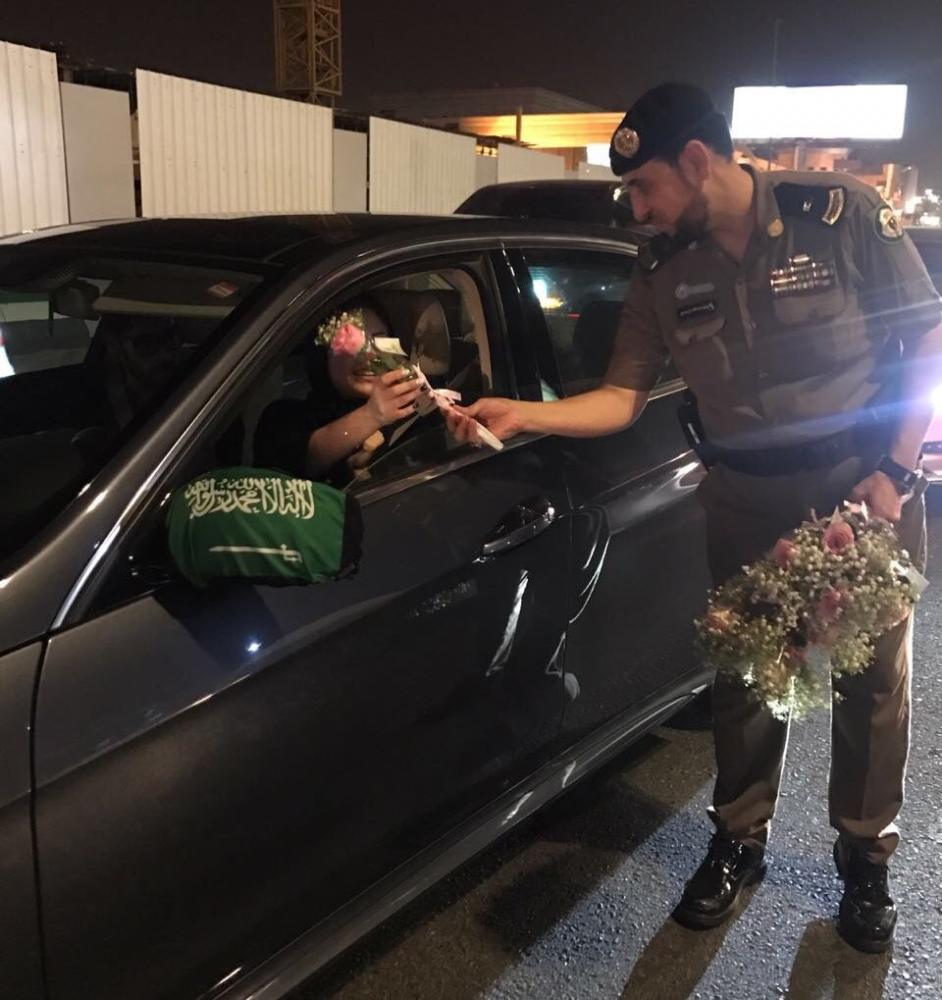 Pictures circulating on social media have shown Saudi traffic police officers handing out roses to female drivers in the early hours of Sunday.