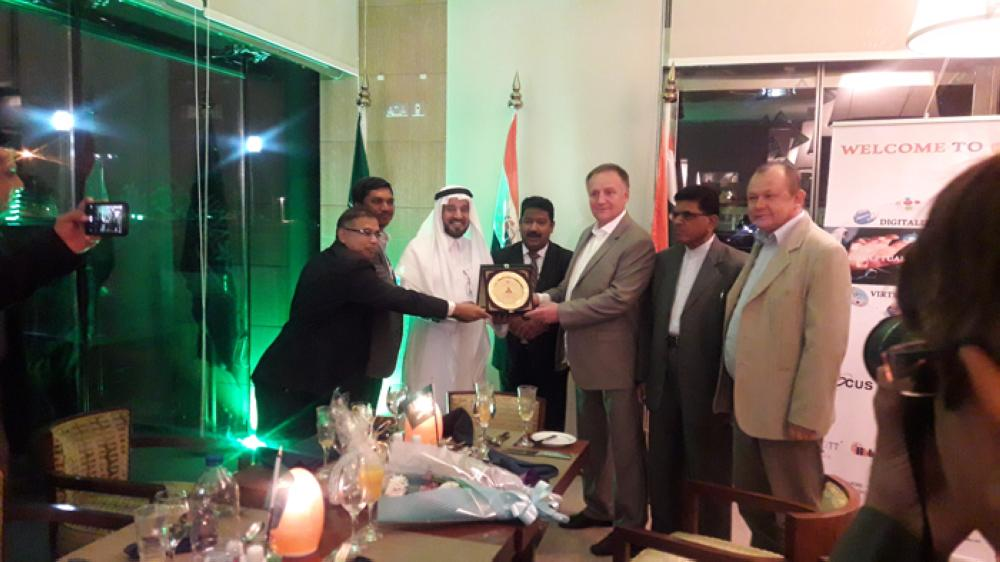 Polish Railway's CEO Arkadiusz Dobrzyński is presented a memento by the Nawazinda Group in Riyadh.