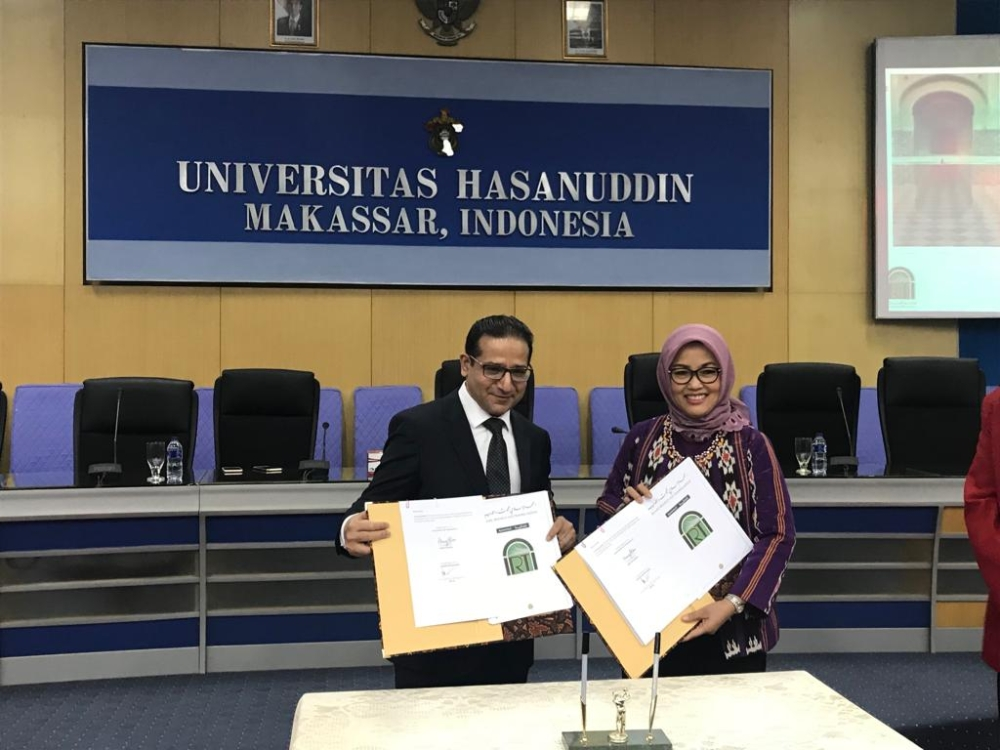 IRTI Director General Dr. Humayon Dar, left, with UNHAS Rector, Prof. Dr. Dwia Aries Tina Pulubuhu, during the MOU signing ceremony