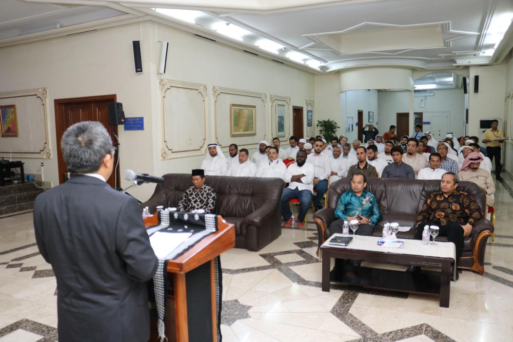 Dr. Ahmad Syofian welcomes the program participants at the opening ceremony