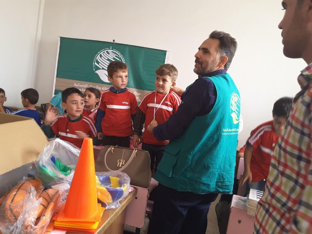 Syrian children in Aleppo receives bags containing toys from KSrelief representatives.