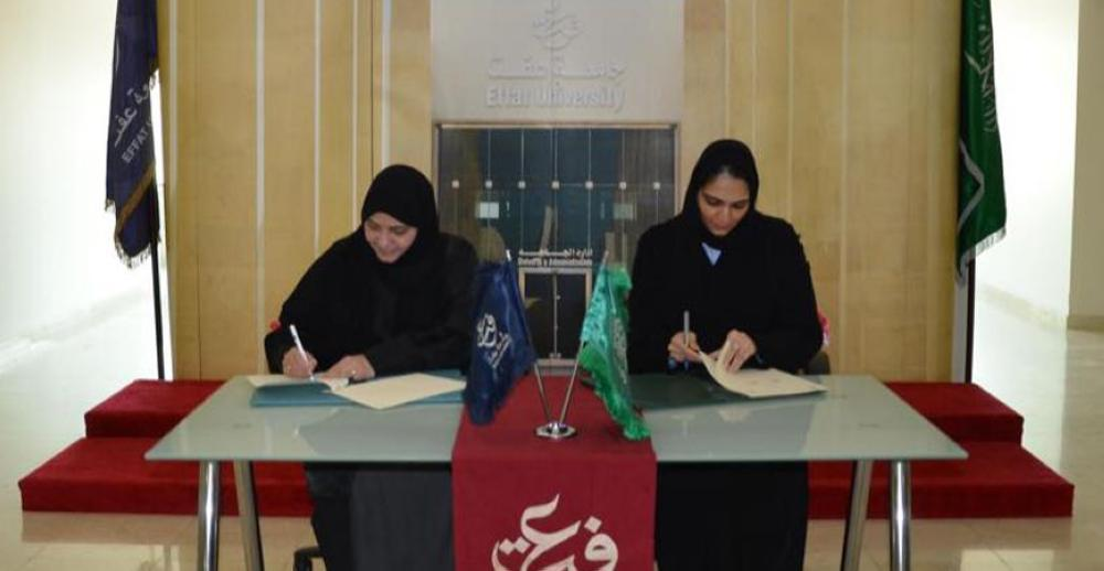 Effat University President Haifa Jamalallail (L) signs the cooperation agreement with the Ministry of Health.