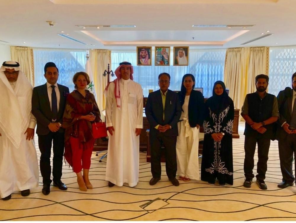Minister of Media Dr. Awwad Al-Awad with a media delegation from South and East Asia, including journalists and media professionals from Pakistan, India, and Indonesia, in Riyadh.