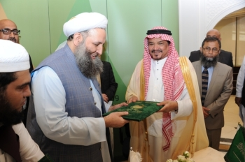 Minister of Haj and Umrah Mohammed Saleh Benten and Pakistan's Federal Minister for Religious Affairs Pir Noorul Haq Qadri exchange the documents after signing the Haj agreement in Makkah on Sunday.