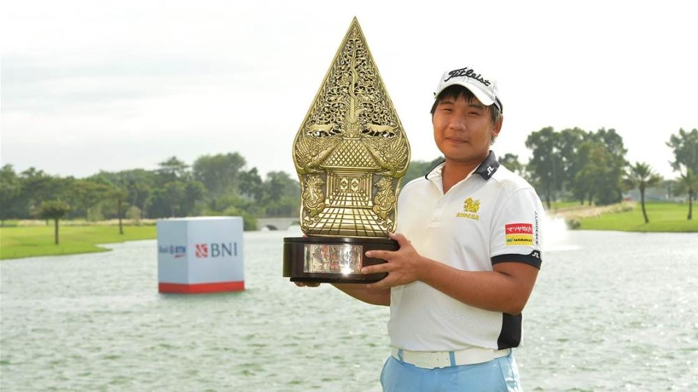 Poom Saksansin with Indonesian Masters Trophy