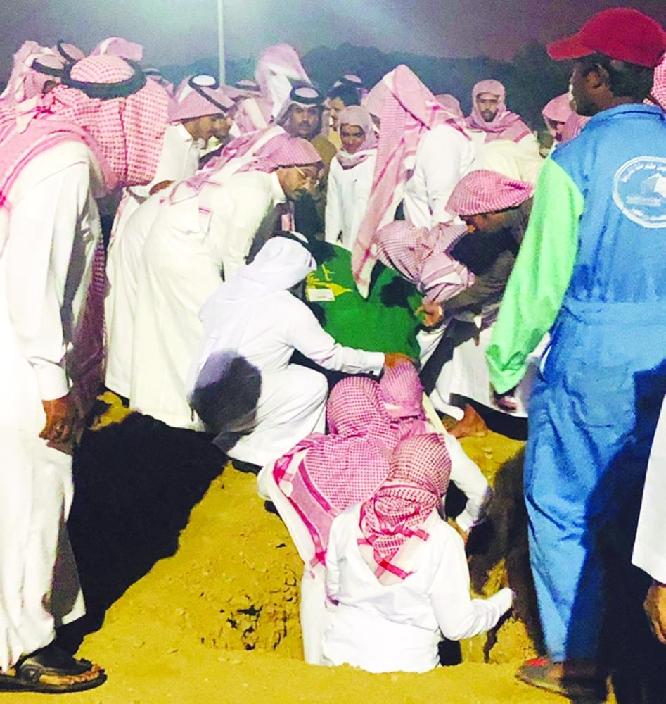 Relatives bury the woman who died following a wrong surgery at Al-Shuhadaa cemetery in Makkah. — Courtesy Al-Madina