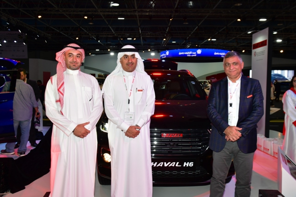 Faisal Al-Quraishi (middle) Chairman, Ali Zaid Al-Quraishi & Brothers Co, with officials of Automotive Distribution & Marketing Company Limited (DMC), a part of Ali Zaid Al Quraishi & Brothers Co. and the official distributor for Haval vehicles in Saudi Arabia, during the launch of the all-new 2019 Haval H6 at the SIMS 2018, Jeddah