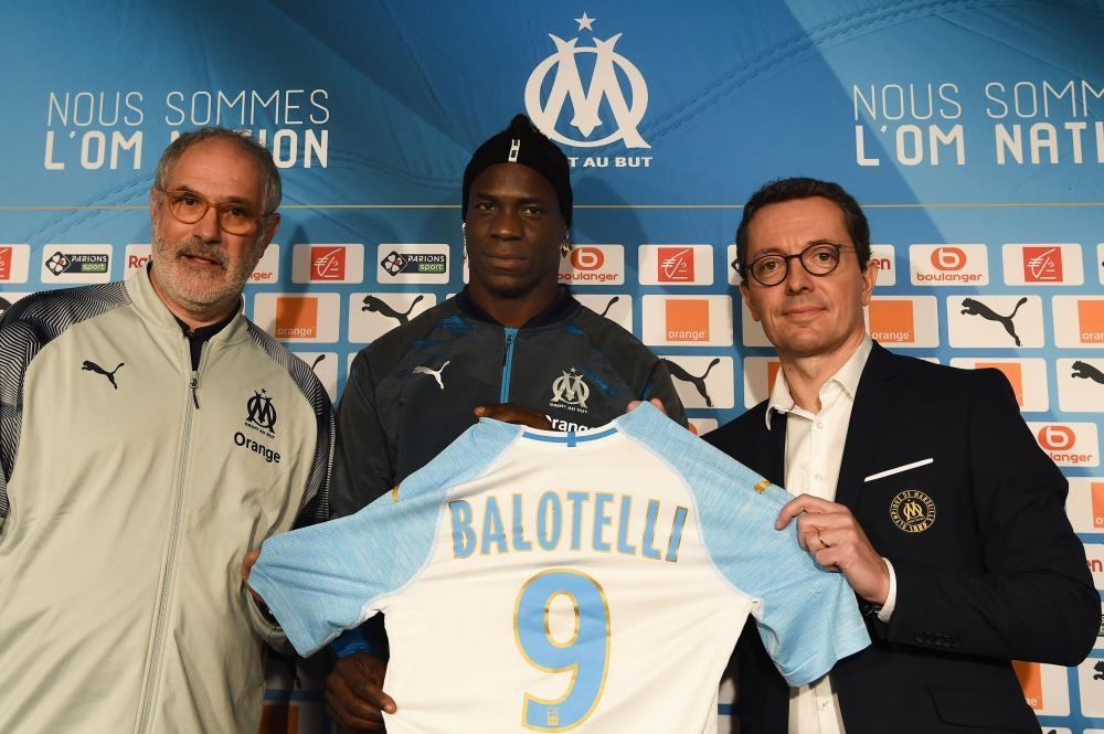 Olympique de Marseille new forward, Italian Mario Balotelli (C), shows his new jersey with president Jacques Henry Eyraud (R) and sport director Andoni Zubizareta at the Robert-Louis Dreyfus Stadium in Marseille Wednesday. — AFP