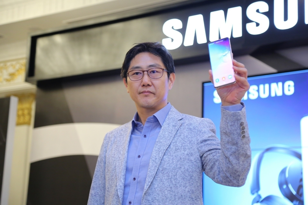 Apple, Google may build phones using Samsung's foldable technology