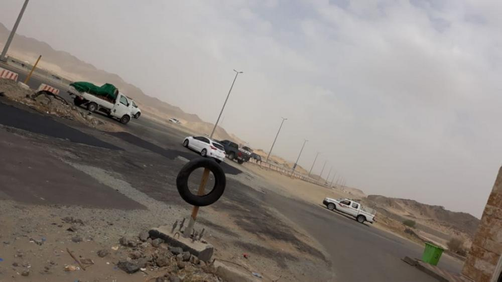 A service lane on the southern access to Makkah remains unpaved for long.