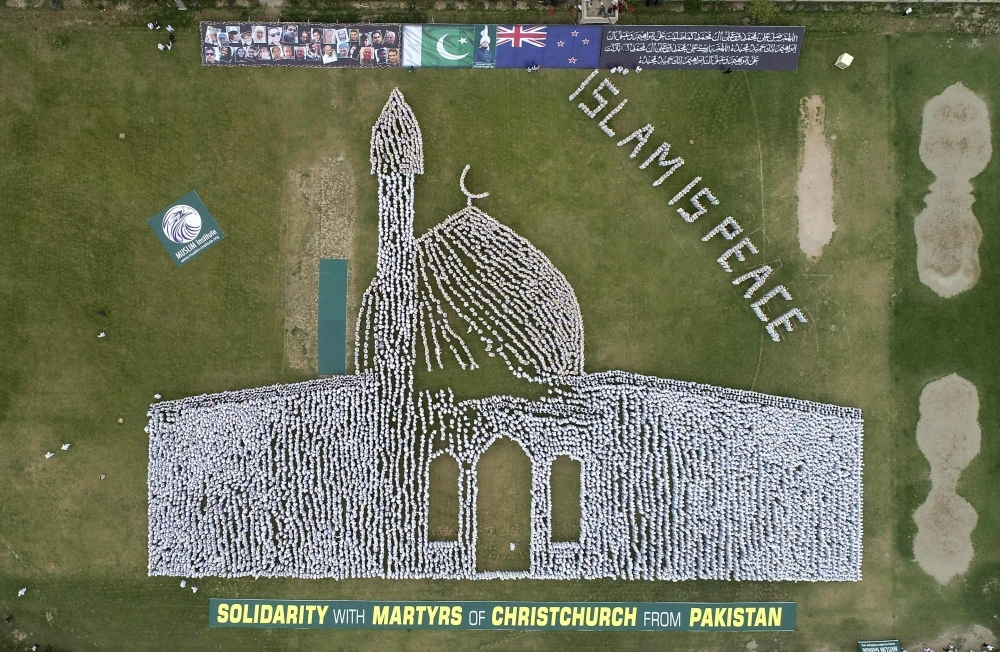 Thousands of Pakistanis form human chain in image of