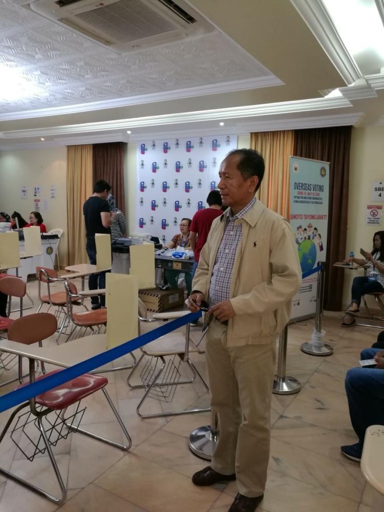 Philippine Consul General Edgar B. Badajos overseeing poll arrangements at consulate premises on Saturday. — SG photo