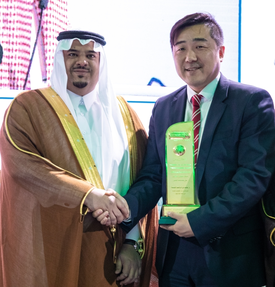Prince Mohammed Bin Abdul Rahman Bin Abdul Aziz Al Saud, Deputy Governor of Riyadh Region and Dennis Zhang, CEO of Huawei Saudia