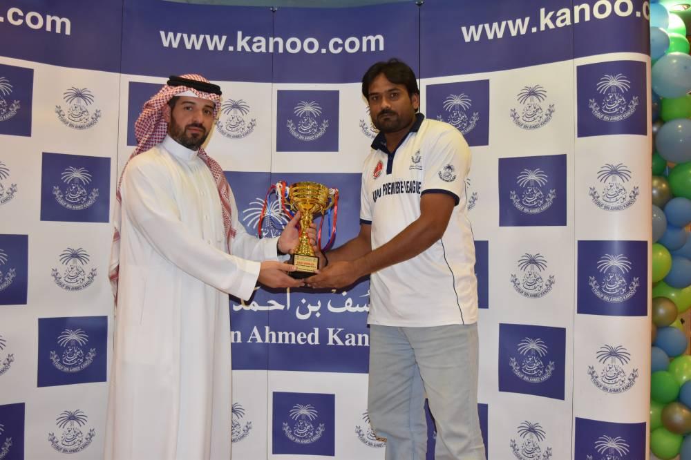 Adnan of KAIA receiving Best Bowler Award.
