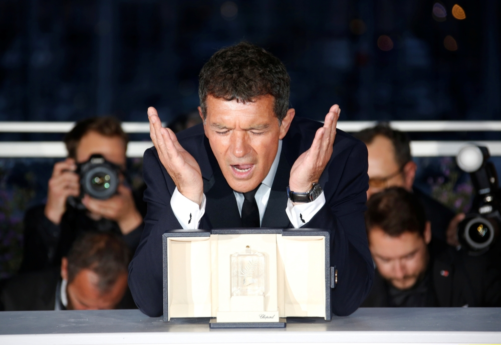 72nd Cannes Film Festival - Photocall after Closing ceremony - Cannes, France, May 25, 2019. Antonio Banderas, Best Actor award winner for his role in the film