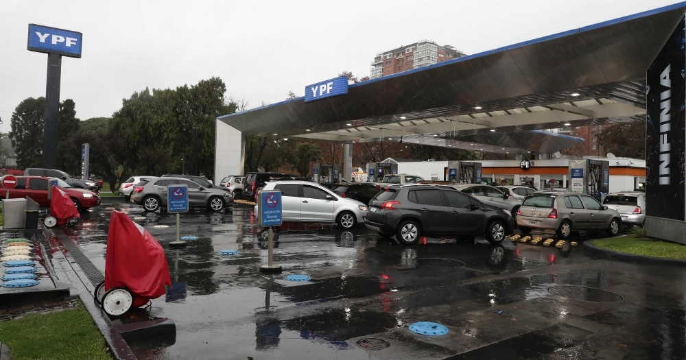 Cars wait in line at a gas station in Buenos Aires on June 16, 2019 during a power cut. A massive outage blacked out Argentina and Uruguay Sunday, leaving both South American countries without electricity, power companies said. — AFP