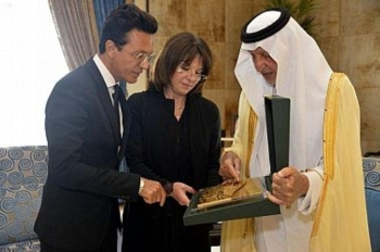 Makkah Emir Prince Khaled Al-Faisal explains the environmental initiatives in the holy places during the Haj season to French Senator Nathalie Goulet during a reception at the governorate in Jeddah. — SPA