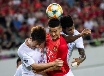 Wei Shihao (C) of Guangzhou Evergrande competes for the ball against Shandong Luneng players during their AFC Champions League Round of 16 football match in Guangzhou in China's southern Guangdong province on Tuesday. — AFP